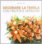 Decorare la tavola con frutta e verdura.